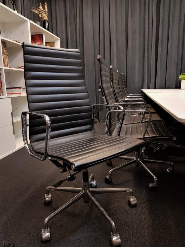 Konferensstol inspirerad av Charles Eames EA 119