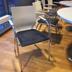 Konferensstol med armstöd, vit med mörkblå sits
