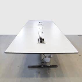 Arbetsbord med smarta uttag för kablar