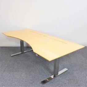 Höj- och sänkbart skrivbord med maguttag