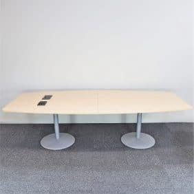 Konferensbord i björk med audiouttag