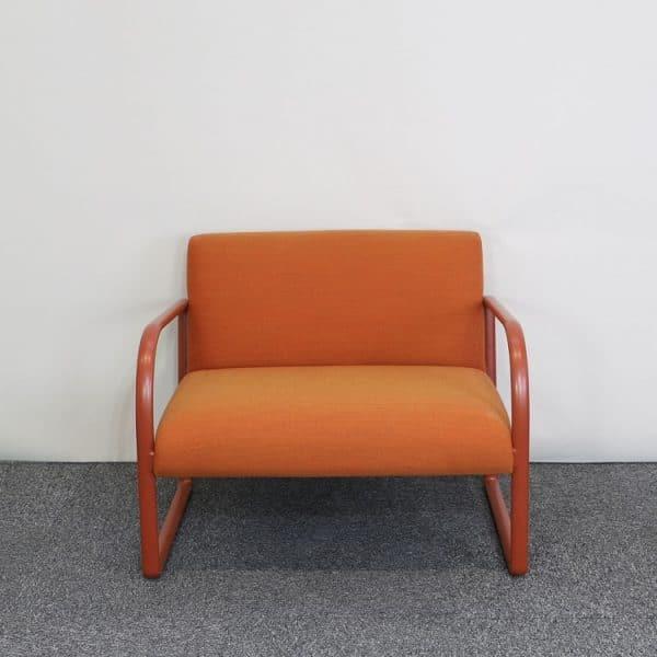 Orange fåtölj från Arper framifrån