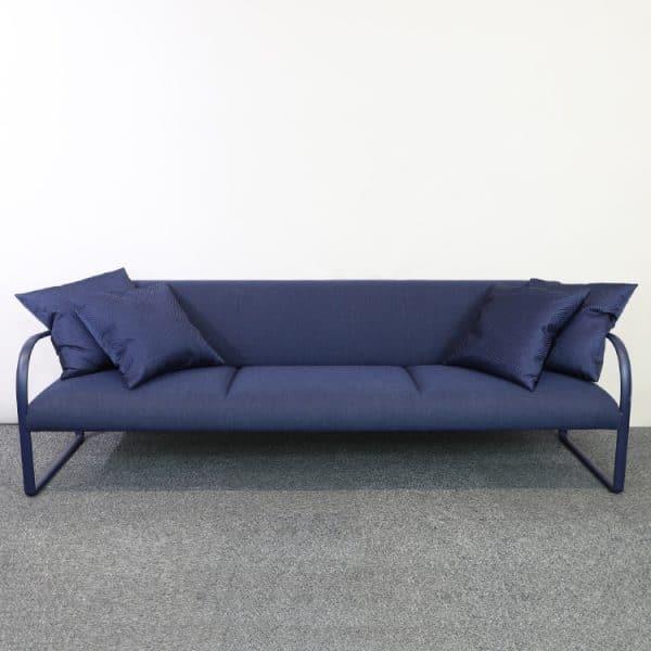 Soffa Acros ARPER i blått med kuddar