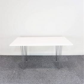 Matbord i vitt med kromade ben