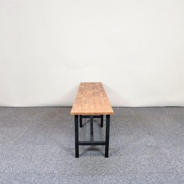Bänk i industriell stil med skiva i trä och ben i svart metall