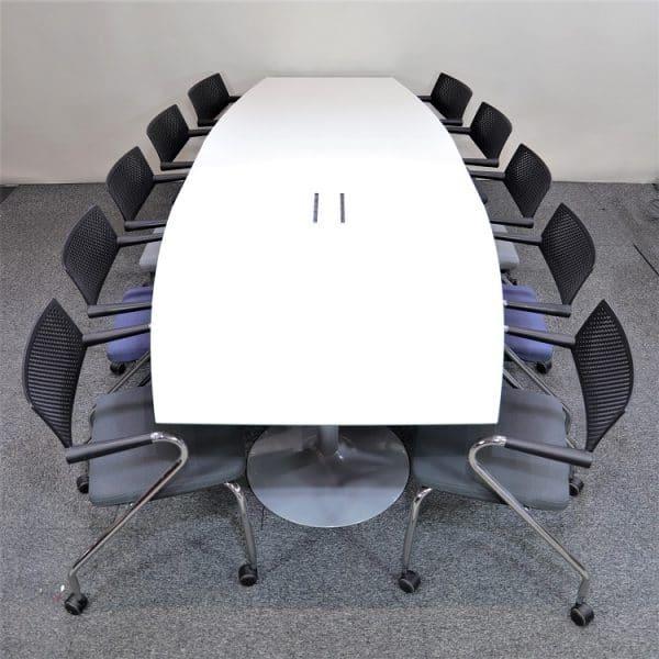 Konferensbord i vitt med pelarfot med konferensstolar