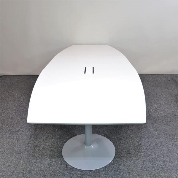 Konferensbord i vitt med pelarfot