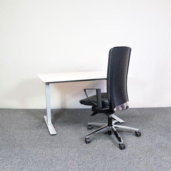 Elektriskt höj- och sänkbart skrivbord med svart stol