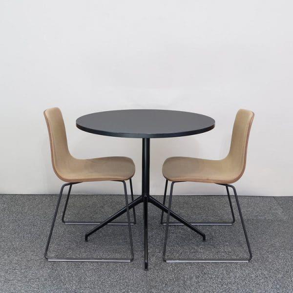 Caféset med bord och stolar från Arper