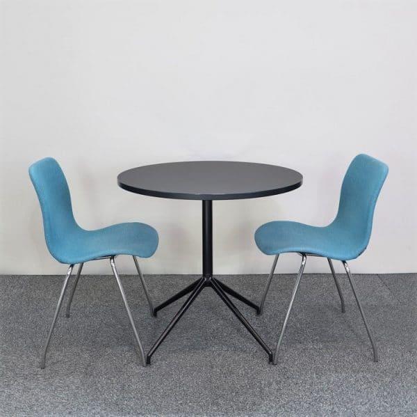 Caféset med svart bord från Arper och blåa stolar från Offecct
