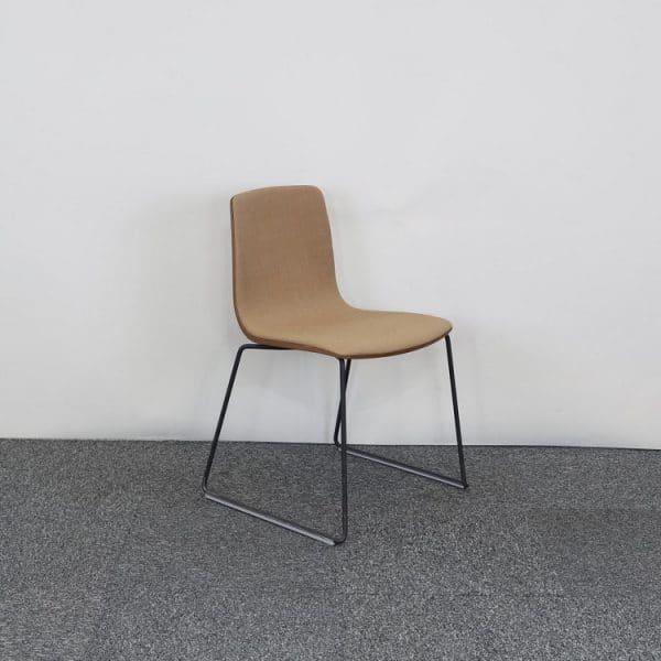 Träfärgad stol från Arper