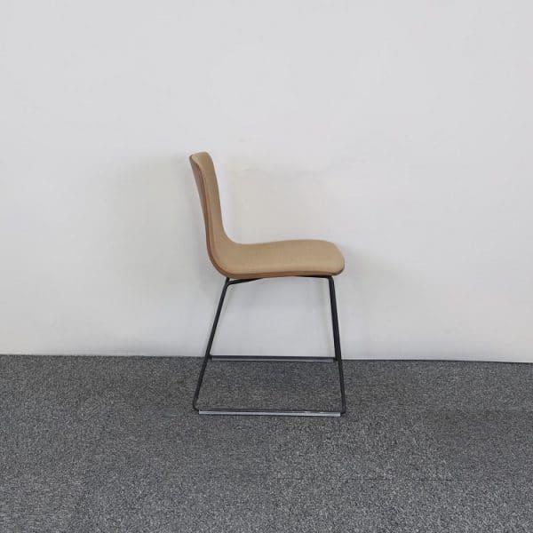 Träfärgad stol från Arper från sidan