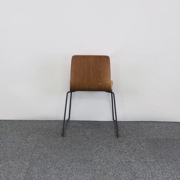 Träfärgad stol från Arper bakifrån