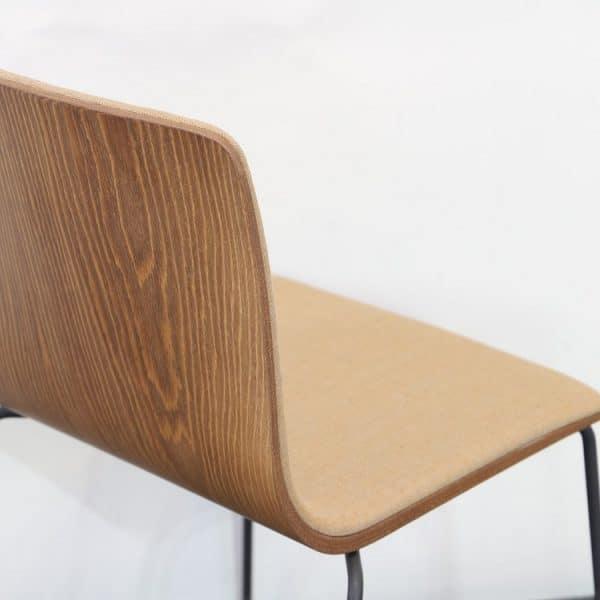 Träfärgad stol från Arper närbild
