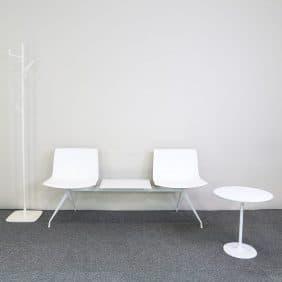 Möbelgrupp i vitt med klädhängare