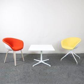 Två stolar och ett bord från Arper