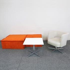 Loungegrupp med bord, ottoman och fåtölj från BOX DESIGN