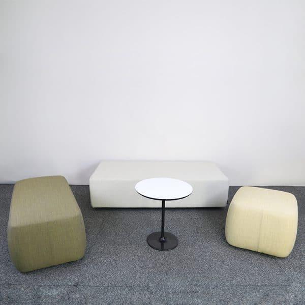 Loungegrupp med sittpuffar och bord