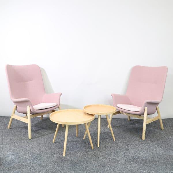 Två fåtöljer i brunrosa från IKEA