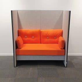Akustiksoffa från Glimakra i orange och grått