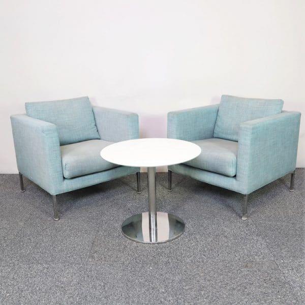 Blå loungefåtölj från Living Furniture tillsammans med ett runt loungebord