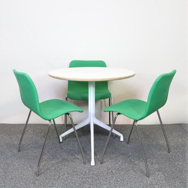 Bordet About A Table från HAY med tre gröna stolar