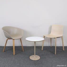 Cafeset med ett bord och två stolar från Arper
