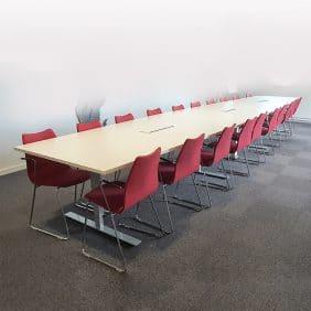 Långt konferensbord med plats för 20-22 personer