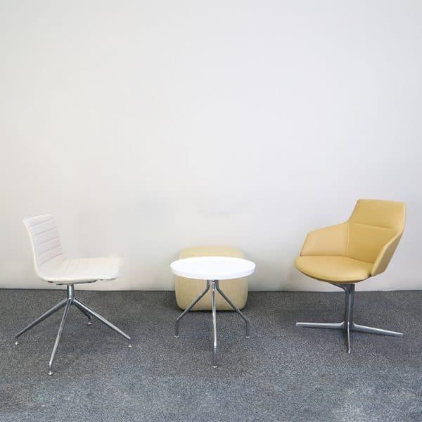 Möbelgrupp med två loungefåtöljer, ett loungebord, en sittpuff
