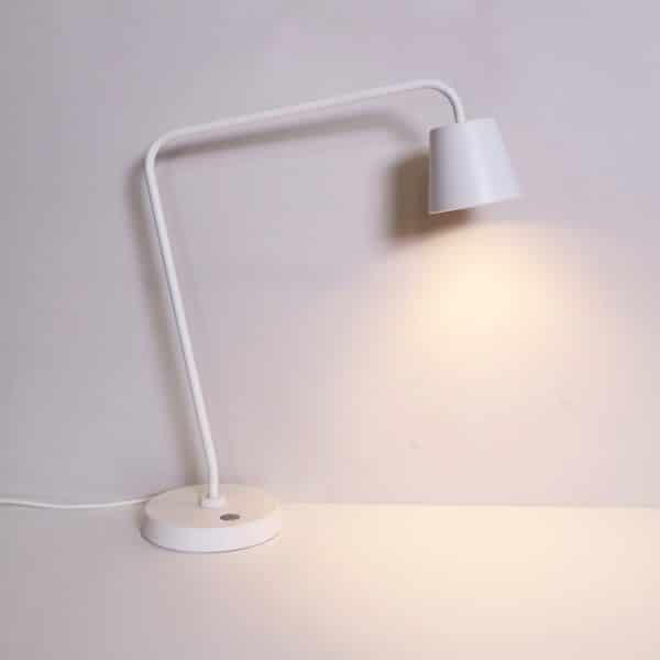 Skrivbordslampa i vitt från IKEA